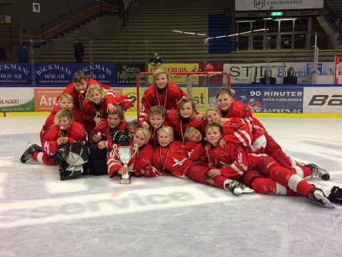 GULLGUTTER: Stjernens U11-lag poserte fornøyd med trofé og gullmedaljer. (Foto: Privat)