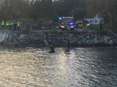 ENDTE I VANNET: Politiet og redningsmannskap rykket ut etter at en bil havnet i vannet i Strömstad søndag morgen.