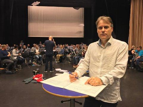 BLÅ GROTTE: Komponist Torstein Aagaard-Nilsen foran Borge Musikkorps i det de øver inn hans bestillingsverk, «Labyrinth for Symphonic Band».