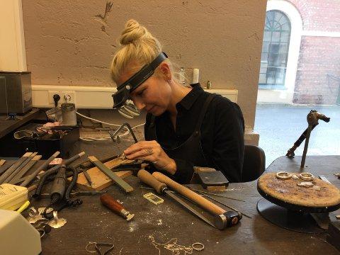 ÅPNER VERKSTEDET:  – Som oftest møter publikum kunst i gallerier. Dette er en mulighet til å komme nærmere kunsten der den produseres,  sier smykkedesigner Karin Kent.