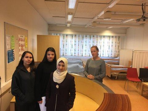 – Leit: Elevene Linda Tatari (fra venstre), Ada Christine Andersen Lorentzen og Maryam Alshaaban og faglærer Gerd Runhovde fortviler over at det er vanskelig å få praksisplass i helseservicefagene. Her er de i praksisrommet som Greåker videregående har satt i stand for å gi elevene nettopp nødvendig praksis.