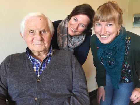 – «Fredrikstadliv» er et hefte som forteller livshistorien til tolv sykehjemsbeboere, sier forfatter Lena Roer og Kristin Elisabeth Maurstad i Aktiv Omsorg. Her med 100-åringen Ragnar Lorang Larsen som har fortalt sin utrolige historie.