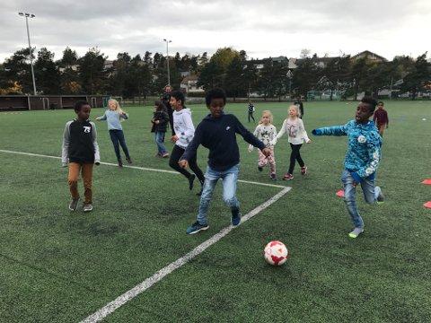 BARNA I SENTRUM: Lisleby FK har fokus på mangfoldet på Lisleby. Det arbeidet har de fått flere priser for.