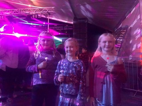 Linea (t.v), Kaja (midten) og Lilly (t.h) storkoste seg på Råde Parkfestival-disco med kjærligheter på pinne.