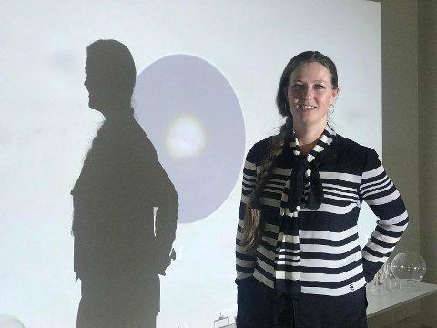 VILLAEN PÅ CICIGNON: Kunstner Laila Kongevold stiller de tre neste helgene ut sin nyeste utstilling, «Synchronicity» i den gamle presteboligen på Cicignon.