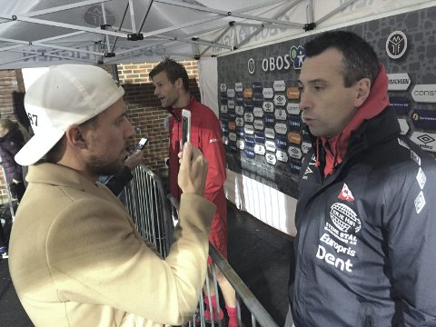 Ulrik Flo (i bakgrunnen) sa det var mye positivt å ta med seg. Hovedtrener Andrea Loberto blir intervjuet av radioens Christian Brevik foran.