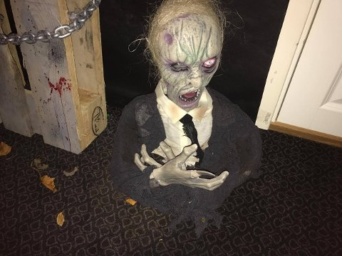 Hjelp! Huset til Hanne Bjørnes og Ken Rune Jørgensen er forvandlet til et skikkelig spøkelseshus i anledning halloween.