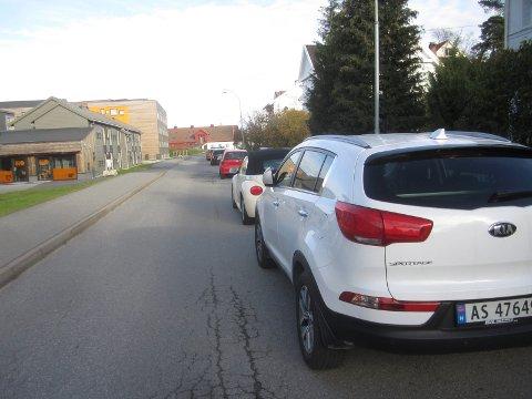 Kommunen strammer inn: Her går det fortsatt an å parkere, men snart er det slutt på  parkering på dagtid i Bjølstadveien på Kråkerøy.