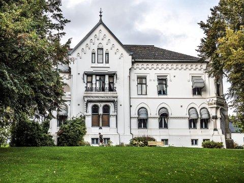 Lykkeberg-villaen fra 1875 er blant det flotteste kommunen, og egentlig du og jeg, eier. – Villaen er jo nærmest en representasjonsbolig, sier etatssjef Voica D. Imrik i kommunen.