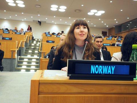 I FN: En del av Norges ungdomsdelegasjon til FN: Maria Moe, sammen med de andre medlemslandene.