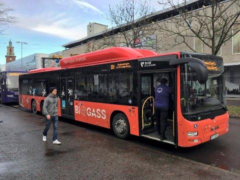 FORTSATT POPULÆR: Da bussen var gratis mellom 11. november og 9. februar, økte antall passasjerer med 70 prosent. Omtrent halvparten av dem tok fortsatt bussen de første uken etter at betaling var innført igjen.
