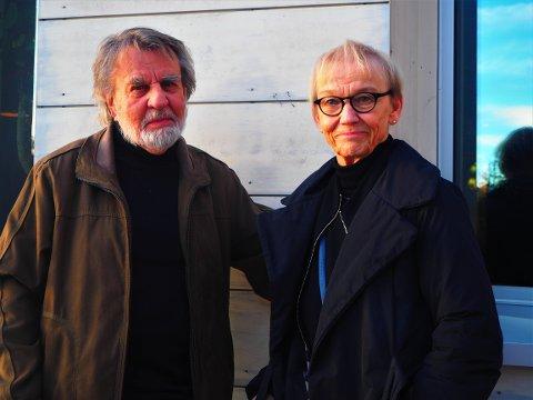 PRISVINNER: Lørdag kveld ble Per Åhlins (t.v.) kunstnerskap presentert i samtale med forfatteren av hans biografi, Elisabeth Lysander.