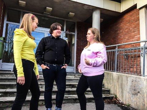 Pia Fjeldstad (f.v), Simon Laabak og Nathalie Søderberg Knudsen forteller til FB at det er vanskelig å skaffe seg en ekstrajobb ved siden av skolen når man er under 18 år gammel. Og når man blir over 18 er det vanskelig å måtte konkurrere med de som har arbeidserfaring.