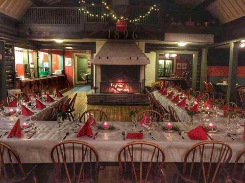 Lunt og koselig: På julaften vil det bli dekket småbord til en eller to familier på hvert, og ikke langbord som bildet fra Fredrikstad Skiklubb viser. Men stemningen blir garantert den samme; lun og intim.