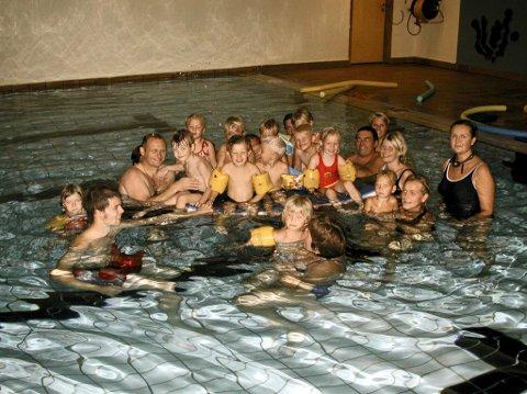 Tilbud som forsvant: Svømmeopplæring for barn i Kløverbadet øverst i Oredalen på bilde fra 2006. – Et tilbud om svømming i varmt vann bør prioriteres for mennesker med nedsatt funksjonsevne, da dette er svært helsefremmende, skriver Hjørnevik Nes og Sjøborg.
