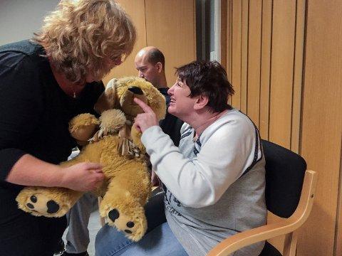 Med et stort smil og en kropp som bobler over av forventning sitter Kari Laila Jensen (44) og hysjer på instruktør Monica Bentzon som hever stemmen under «Bjørnen sover». Bamsen som blir sendt rundt må nemlig ikke vekkes.