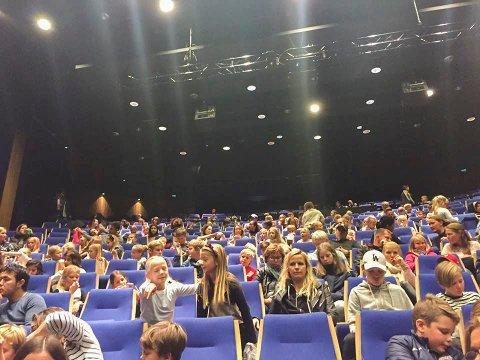 999 kom: Det ble fire godt besøkte forestillinger i Blå Grotte. En billett mangler for å passere 1.000 besøk.