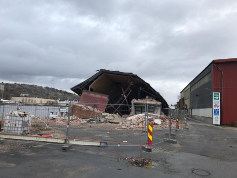 Rives. Gamle Nabbetorp verksted, som nå er eid av Unger Fabrikker slettes nå med jorden.