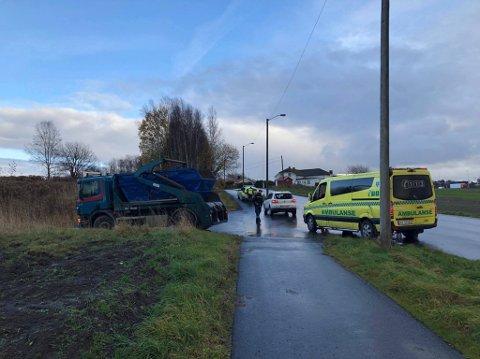En lastebil og en personbil var involvert i trafikkulykken på Årum tirsdag.