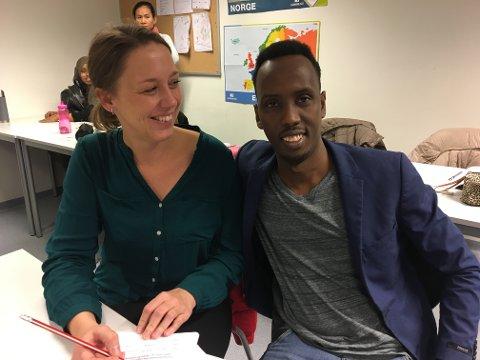 Ny fremtid: Zakir Mohamed Ahmed stortrives på introduksjonsprogrammet på Fredrikstad Internasjonale skole der han blant annet lærer norsk. – Jeg drømmer om å bli journalist, sier han, her med lærer Pia Klemetsen.