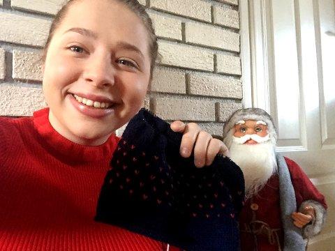 Martine Ryen har strikket en grytklut hun skal send sin hemmelig julevenn.