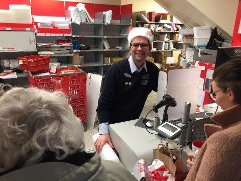 Mange kunder: Postansvarlig i Coop Mega Torbyen, Åsmund Utgård mener folk er flinke til å skrive julekort.