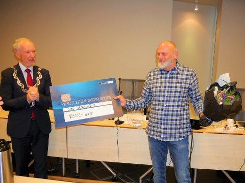 Rørt vinner av Østfoldprisen: Sten Johnny Helberg fikk overrakt prisen av fylkesordfører Ole Haabeth. (Foto: Øivind Lågbu)