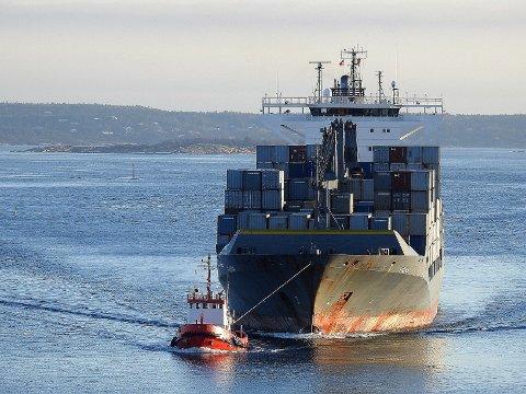Continer-skipet «Viona» er det største containerskipet som har anløpt Borg Havn og hadde slepebåtassistense på vei inn til havnen.