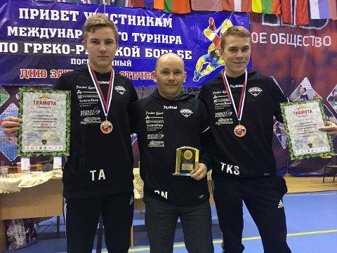 FORNØYDE: Tobias Krå Simonsen (til venstre), Gøran Nilsen og Tobias Arnesen hadde alle grunn til å smile etter stevnet i Russland. Foto: Privat