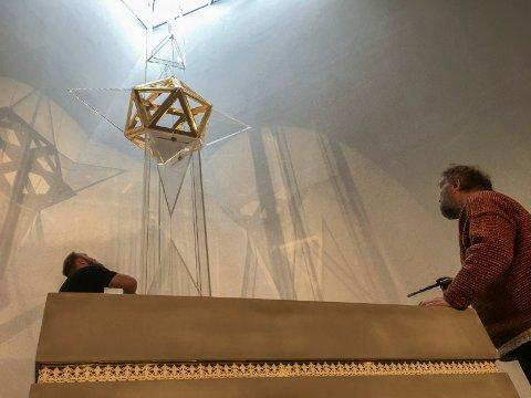 Stjerneinspirert: Eimund er ved installasjonen mens far Øivind Sand er med og finpusser og kontrollerer.