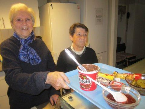 Jane Lie og Turid Båserud i sving med maten på Varmestua.