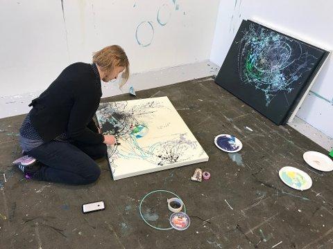 MALER MED Q-TIPS: Hege Liseth har atelier i første etasje, og forteller at de på «Hylla» har dannet sitt eget kunstner-kollektiv.