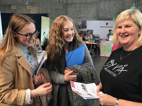 Blir kjent: Glemmen-elevene Amalie Martine Pettersen (18) og Henriette Solberg Christensen (17) håper å få lærlingplass i Fredrikstad kommune. Her er de i samtale med Jeanette Martinsen fra Smertulia barnehage.