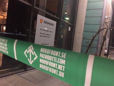 Sperret inngangen: Den høyreekstreme organisasjonen Nordfront hadde hengt opp sperrebånd foran Rådhuset i løpet av helgen.