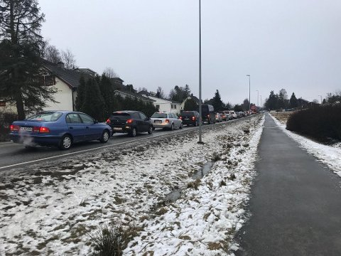 Lange køer: Slik så det ut på Haldenveien torsdag morgen. Et uhell på Fredrikstadbrua førte til kork på Østsiden. (Foto: René Svendsen)