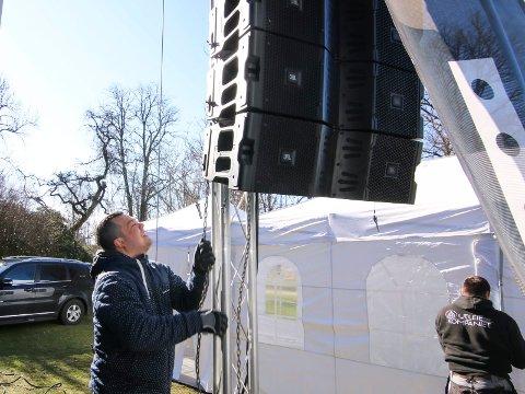 Lyd: En stabel av topper må opp i lufta. Ole-Henrik Mohn Pettersen brukte ren muskelkraft tirsdag formiddag.