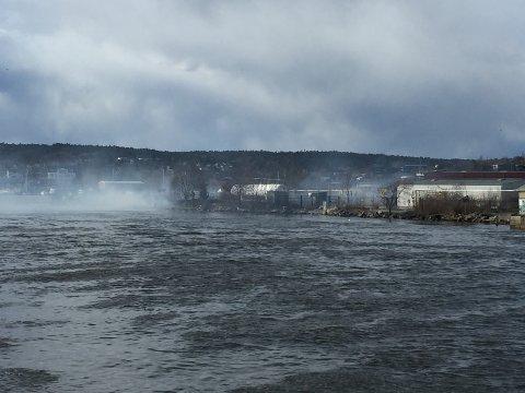 MYE RØK: Røken fra brannen ved Brynild i Mosseveien er godt synlig fra andre siden av elva.