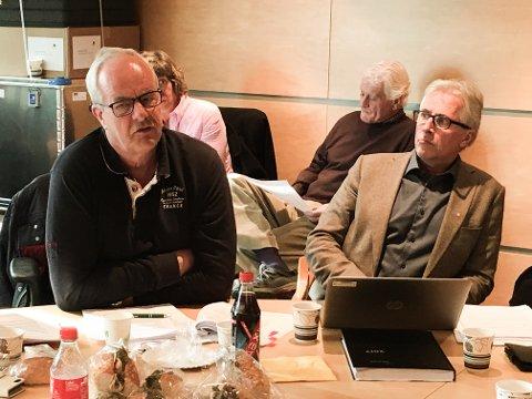 ØNSKER GJENNOMGANG: Terje Moland Pedersen mener det er riktig tidspunkt å gjøre en gjennomgang av hvordan byggesaker håndteres på. Rådmann Ole Petter Finess til høyre.