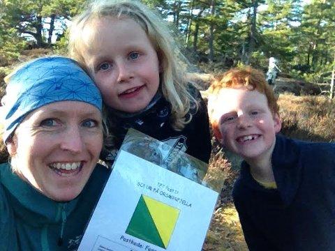 – Bli med! Anne Sofie Klavestad og lokalsamfunnsutvalget i Torsnes arrangerer postjakt i skog og ved sjø for femte år på rad. Her er hun under utlegging av poster med barna Ada og Iver.