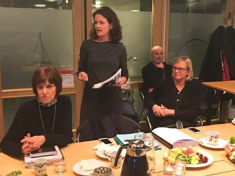 UTFORDRINGER: Bygnings- og reguleringssjef Anna Auganes (stående) fortalte politikerne at skepsis i enkeltsaker legger beslag på store ressurser, mens det store bildet er en lav andel av klagesaker og omgjøringer blant de mange vedtakene som fattes. Til venstre fagleder for byggesak, Anne Bay Hansen, til høyre kommunalsjef for kultur, miljø og byutvikling, Bente Meinert.