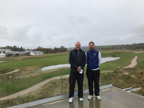 Greenkeeper Agne Strøm og turneringsleder Christoffer Halvorsrød har alt klart til helgens norgescup på Gamle Fredrikstad.
