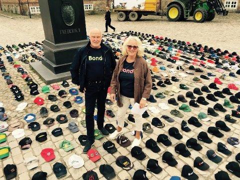 Leder i Østfold bondelag Svend Arild Uvaag og Lise T. Mohr, leder for fellesutvalget for bondelagene i Fredrikstad og Hvaler blant alle capsene i aksjonen