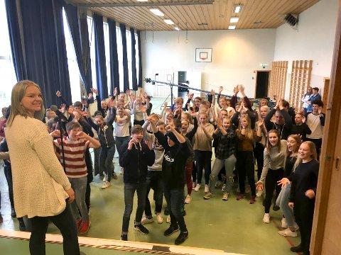 Helle Engene Schrader (t.v) spiller mobbeofferet som har en av hovedrollene i musikkvideoen «En sang til deg».