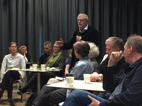 Skuespiller og regissør Klaus Hagerup var blant de som argumenterte for at det er de kunstneriske egenskapene og kvalifikasjonene en teatersjef burde bli ansatt på bakgrunn av, og ikke hvorvidt personen har administrativ erfaring eller ei.