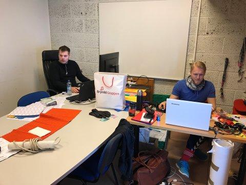STRESS: Det er mye å gjøre for markedssjef Steinar René Graarud og logistikksjef Stian Torp i dagene før Fredrikstad Cup kastes i gang. (Foto: Joakim Simensen)