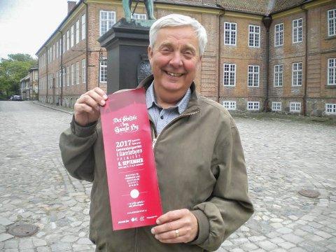 FORNØYD: Styreleder Christian-Andreas Berg kan smile fornøyd over godt billettsalg til byoperetten «Det hendte i Den Gamle By» under jubileumsuken i september.