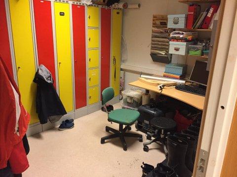 Trangt I: Arbeidstilsynets hovedregel om at personalgarderobe skal være atskilt for å blant annet gi mulighet for klesskifte uten innsyn, overholdes ikke i Trosvik barnehages paviljong. Her er kontorarbeidsplasser i garderoben. Rommet er for åtte ansatte.