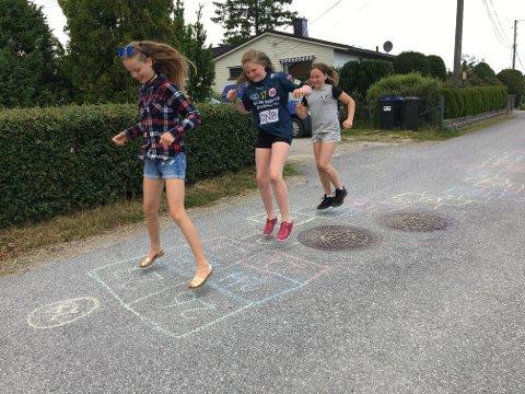 ... 24, 25, 26, 27...: Man skal være i god form for å komme seg gjennom paradiset til Guro Hauge (foran), Merete Lande og Mathilde Olsen. De spretne Rolvsøy-jentene har laget tidenes paradis.