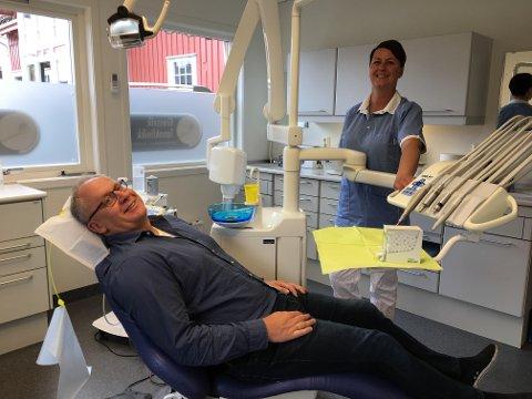Klar for behandling: Daglig leder Svein Erik Eylertsen inntar stolen i den nye tannlegeklinikken på Gressvik. Bak står June Olsen, en av fem ansatte.
