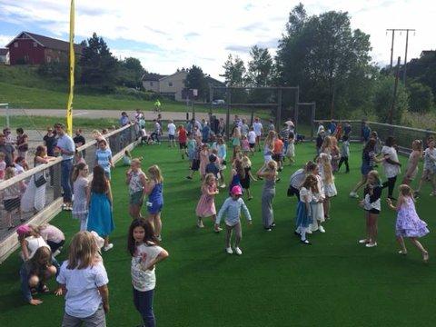 Det var naturlig nok god stemning på Hurrød skole da ballbingen ble innviet mandag kveld. Foto: Hurrød skole